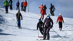 Kayak merkezinde karantinada kalmak istemeyen 200 İngiliz turist otelden kaçtı!