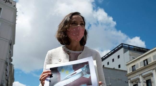 Ülkenin Turizm Bakanı'na kanlı bıçak gönderdiler!