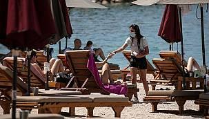 Komşuda turizm sezonu açıldı! Plajlar doldu taştı