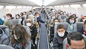 Uçak kapısına kadar sosyal mesafe, uçak içinde dip dibe!