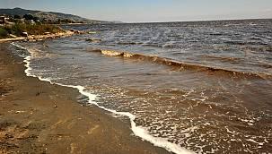Sahillerde kumun rengi siyaha döndü, uzmanlar uyardı! Denize girmek intihar olur