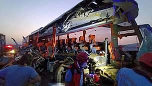 Katliam gibi kaza! Yolcu otobüsü tıra çarptı