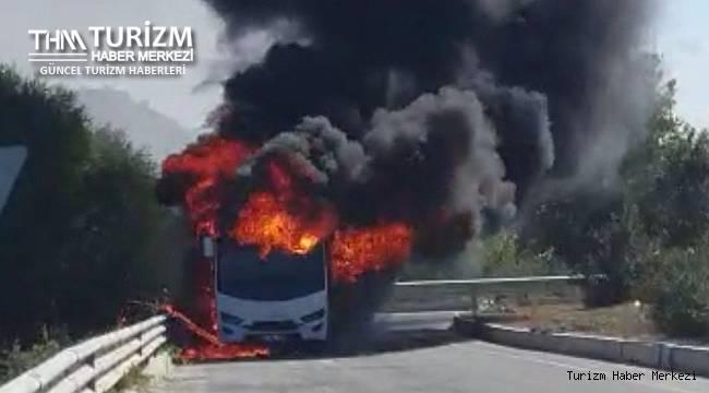Feci kaza! Rus turistleri taşıyan midibüs alev topuna döndü