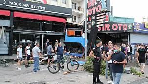 Feci kaza! Tur otobüsü otomobile çarpıp işyerine daldı