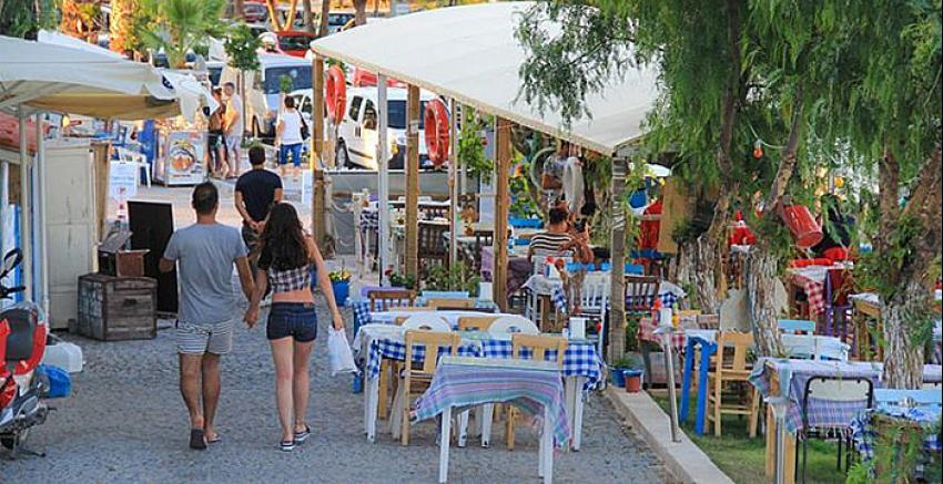 Alaçatı'da turistler kenti terk ediyor