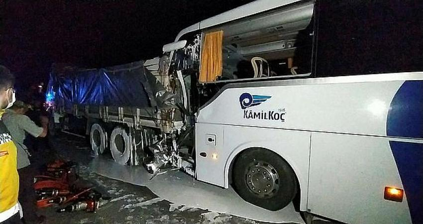 Uşak'ta Kamil Koç otobüsü kamyona arkadan çarptı! 2 ölü 18 yaralı