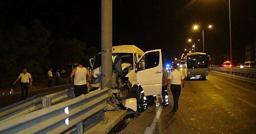 Manavgat'ta feci kaza! Turistleri taşıyan minibüs çelik bariyere saplandı