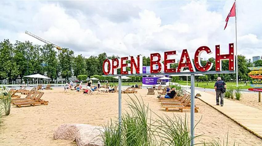 Tatile gidemeyenler için kentin ortasına plaj kurdular