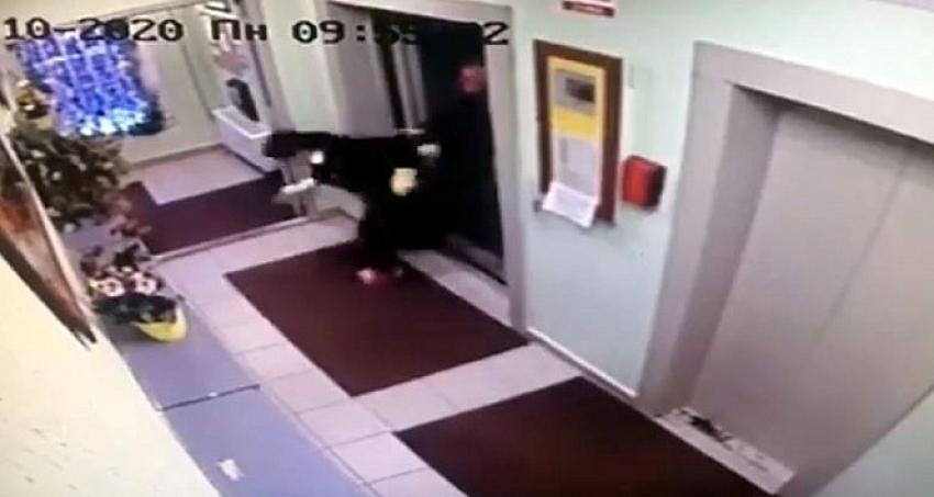 Otel müşterisi, kat görevlisi kadını asansörden dışarı fırlattı!