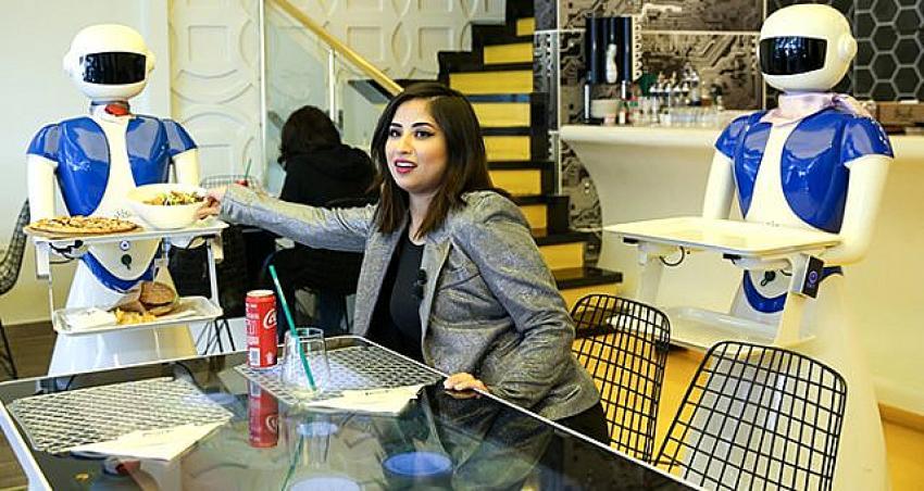 Türkiye'nin ilk teknolojik restoranı! Masalar tablet, garsonlar robot